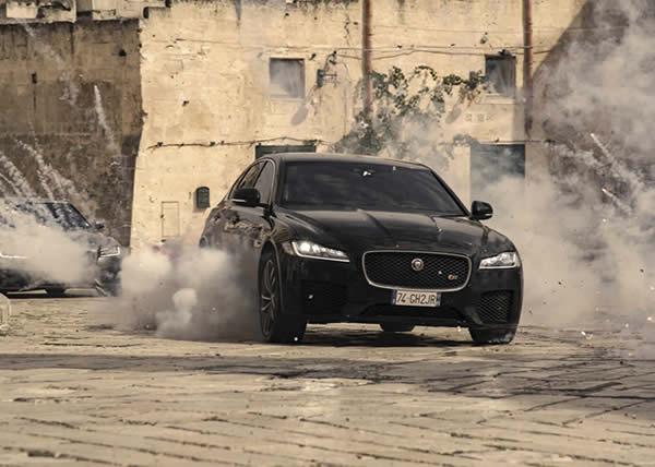 La Jaguar XF fa il suo debutto nel film di 007 No Time to Die